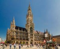 La muchedumbre de turistas está caminando cerca nuevo ayuntamiento en la parte norteña de Marienplatz Imagenes de archivo