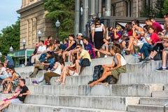 La muchedumbre de turistas se sienta en las escaleras nacionales del palacio en Barcelona Imagen de archivo