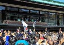 La muchedumbre debajo del balcón en el cuadrado delante del palacio imperial en el primer día del Año Nuevo en Tokio Foto de archivo
