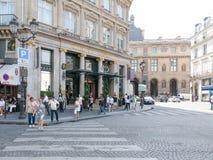 La muchedumbre del verano camina delante de Hotel du Louvre, París Foto de archivo libre de regalías