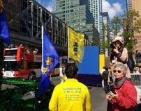 La muchedumbre disfruta de un desfile en New York City, NYC, NY, los E.E.U.U. Foto de archivo libre de regalías