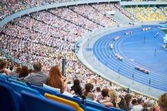 La muchedumbre en el estadio está sentando escuchar el congreso fotografía de archivo libre de regalías