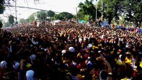 La muchedumbre enorme de devotos católicos converge para unirse a en la procesión del Nazarene negro almacen de metraje de vídeo