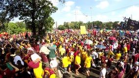 La muchedumbre enorme de devotos católicos converge para unirse a en la procesión del Nazarene negro almacen de video