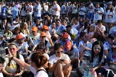 La muchedumbre enorme de gente joven recolecta en el brillo de Manila del color corrido en cuadrado de ciudad Acontecimiento públ imagen de archivo libre de regalías