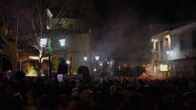 La muchedumbre feliz grande celebra al aire libre en la noche