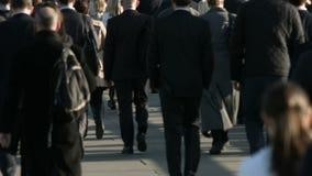 La muchedumbre grande de peatones camina sobre el puente 21b de Londres almacen de video