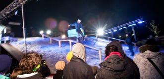 La muchedumbre mira competencia urbana del snowboard. Foto de archivo