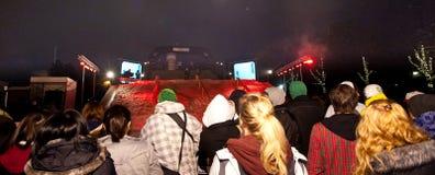 La muchedumbre mira competencia urbana del snowboard. Fotos de archivo