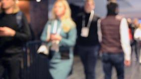 La muchedumbre mucha gente que camina abajo del pasillo Fondo enmascarado metrajes
