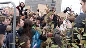 La muchedumbre que salta y que grita la acción en la protesta almacen de video