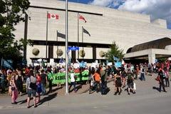 La muchedumbre recolecta para protestar a primero ministro Doug Ford de Ontario fotografía de archivo libre de regalías