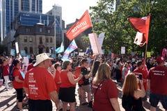 La muchedumbre recolecta para protestar a primero ministro Doug Ford de Ontario fotografía de archivo