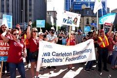 La muchedumbre recolecta para protestar a primero ministro Doug Ford de Ontario foto de archivo