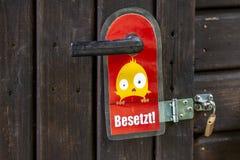 La muestra de la cerradura de puerta indica las instalaciones funcionando - traducción: Enganchado fotos de archivo