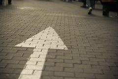La muestra de la flecha en la calle va derecho foto de archivo