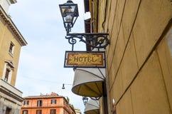 La muestra de madera del hotel cuelga en calle Fotos de archivo libres de regalías