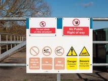 la muestra de la naturaleza de la seguridad en la puerta bloqueada del metal no sube esta estructura ninguna advertencia pública  Foto de archivo