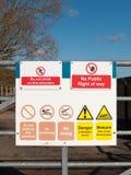 la muestra de la naturaleza de la seguridad en la puerta bloqueada del metal no sube esta estructura ninguna advertencia pública  Foto de archivo libre de regalías