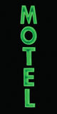La muestra de neón verde del motel, encendida para arriba en la noche, vertical detallada grande aisló el primer Imagen de archivo libre de regalías