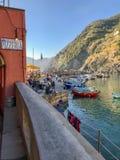 La muestra de la pizzería pasa por alto el puerto soleado en Vernazza, Cinque Terre, foto de archivo libre de regalías