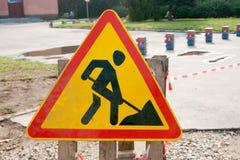 La muestra de seguridad amarilla advierte sobre obras por carretera Bajo muestra de la construcción Imágenes de archivo libres de regalías