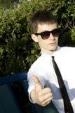 La muestra del adolescente manosea con los dedos para arriba Imagen de archivo libre de regalías