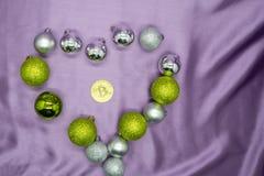 La muestra del corazón y el bitcoin de oro acuñan, amor y dinero que seleccionan Año Nuevo del concepto del fondo Imágenes de archivo libres de regalías