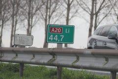 La muestra del empalme con direcciones en la carretera A20 en la guarida aan IJssel de Nieuwerkerk, los Países Bajos con velocida Imagen de archivo libre de regalías