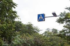La muestra del símbolo para la gente a través de la calle Fotografía de archivo libre de regalías