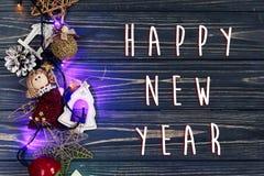La muestra del texto de la Feliz Año Nuevo en la guirnalda de la Navidad enciende el ANG de la frontera Imágenes de archivo libres de regalías