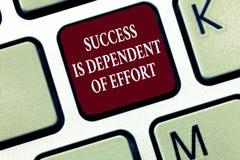 La muestra del texto que muestra éxito es dependiente de esfuerzo La foto conceptual hace esfuerzo para tener éxito la estancia p imagen de archivo