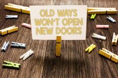 La muestra del texto que mostraba viejas maneras ganó puertas no abiertas de t nuevas La foto conceptual sea diferente y única al imagenes de archivo
