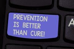 La muestra del texto que muestra la prevención es mejor que la curación La foto conceptual sea siempre consciente de su teclado d fotos de archivo