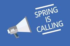 La muestra del texto que muestra la primavera está llamando El tiempo conceptual de la foto para la advertencia hermosa de Sunny  Fotografía de archivo
