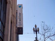 La muestra/el logotipo de la compañía fuera de Twitter establece jefatura en el filete imagen de archivo