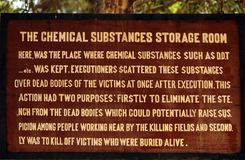 La muestra en los campos camboyanos de la matanza describe las sustancias químicas usadas Fotos de archivo libres de regalías