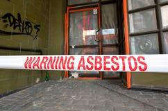 La muestra lee: Advertencia - retirada de amianto en curso Fotos de archivo libres de regalías