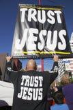 La muestra lee la muestra de Jesús de la confianza, Año Nuevo chino, Los Ángeles, California, los E.E.U.U. Fotografía de archivo