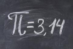 La muestra matemática o el símbolo para el pi en una pizarra Imagenes de archivo