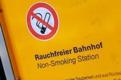 La muestra no fumadora de la información se coloca en la estación de tren Imágenes de archivo libres de regalías