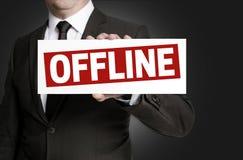 La muestra off-line es llevada a cabo por el hombre de negocios Imagen de archivo