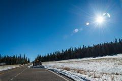 La muestra que entra para el parque nacional del Gran Cañón y el cielo azul con Sun señalan por medio de luces fotografía de archivo libre de regalías