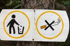 La muestra que fuma y que deja en desorden se prohíbe Imagen de archivo