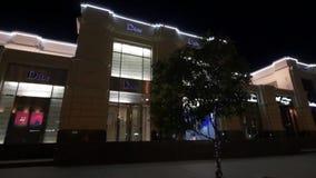 La muestra reflexiva de Dior en el boutique de Christian Dior Boutique de Dior en la noche Boutique la marca famosa almacen de metraje de vídeo