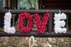 La muestra romántica original de la flor del valentyne el amor de la palabra deletreó los wi Fotografía de archivo