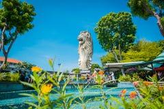 La muestra y la estatua de Merlion, la cabeza de un león y el cuerpo de un pescado es símbolo en la isla de Sentosa en Singapur fotos de archivo
