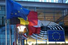 La muestra y la UE señalan símbolo por medio de una bandera en el exterior constructivo de la Comisión Europea fotografía de archivo libre de regalías