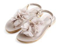 La mujer abierta toca con la punta del pie los zapatos planos del verano Fotografía de archivo