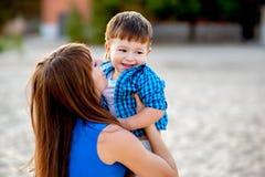 La mujer abraza a un muchacho Fotografía de archivo libre de regalías